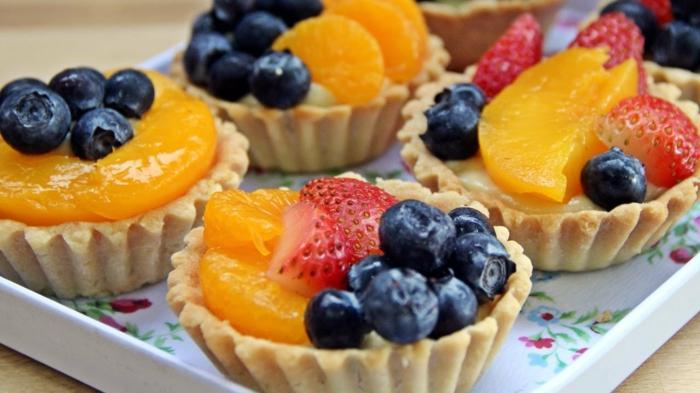 idée comemnt préparer un dessert pour pique niquer, idee picnic, tartalette à la crème de citron, garnie de myrtilles, fraises, et tranches de pêche, dessert gourmand