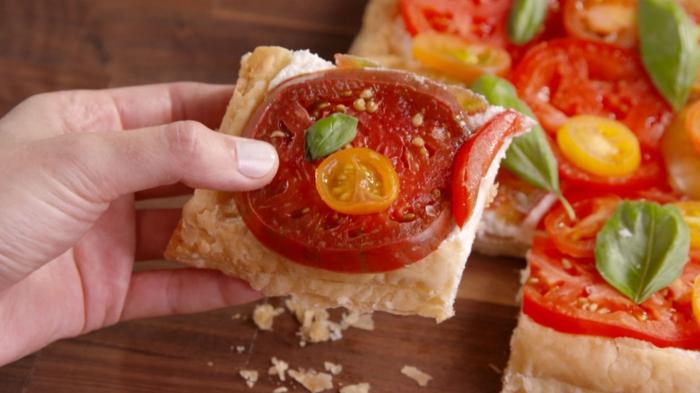 idée pour le repas en plein air, tarte aux tomates, pâte feuilletée, recette legere avec des legumes facile à réaliser