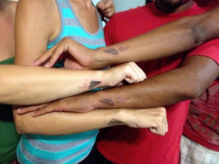 les plus beaux tatouages amis tatouage amitié poignet discret simple avion