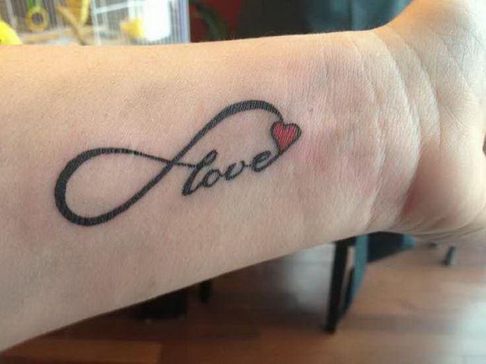 tattoo amour infini poignet love femme tatouage romantique eternel