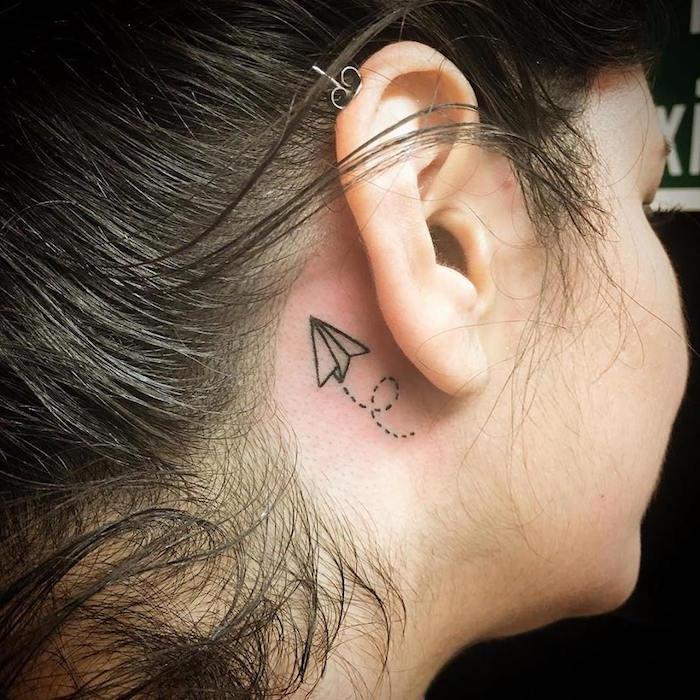 idée tatouage arrière oreille femme discret liberté voyage