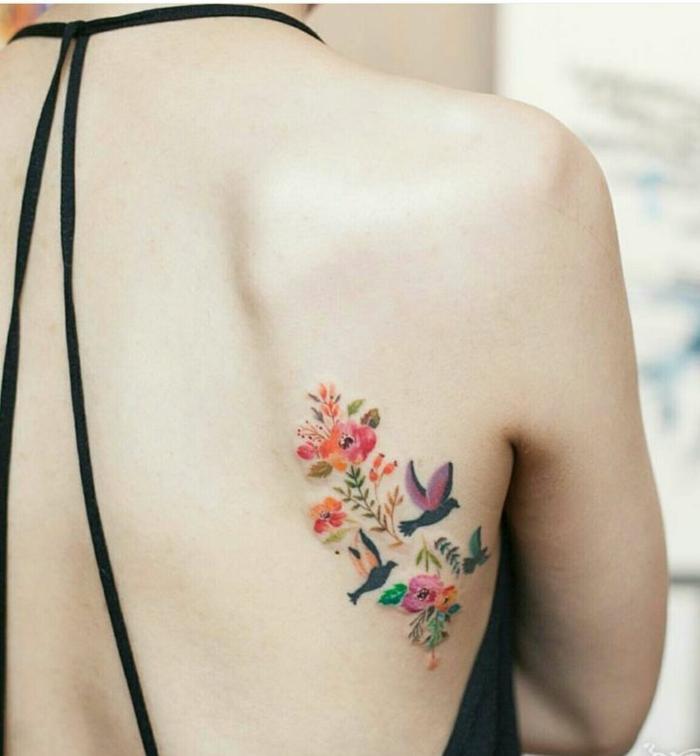 Idée signification tatouage oiseau se tatouer un oiseau fleurs et oiseaux tatouage coloré