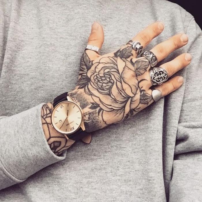tatouage main homme fleur rose noir blanc