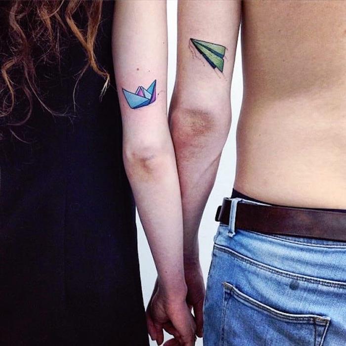 tatouage de couple avion bateau en papier en couleurs aquarelle bras