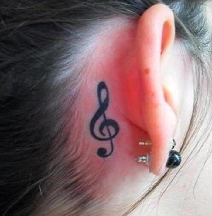 tatouage clé note derriere l oreille fille