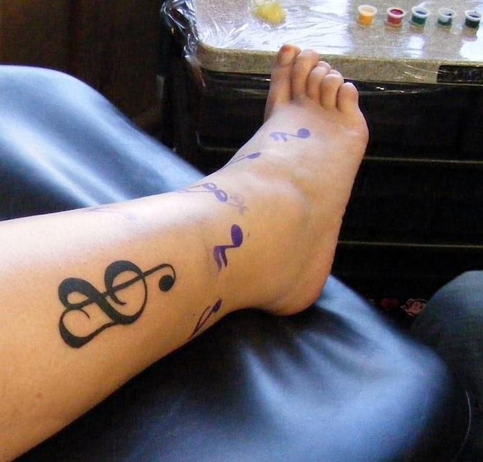 tatouage clé de sol cheville coeur musique tattoo jambe