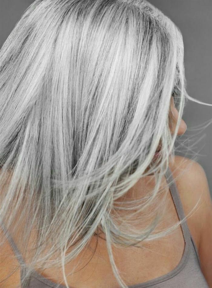 coloration cheveux gris cendré, débardeur gris, nuance de gris, cheveux longs raids, teinture grise