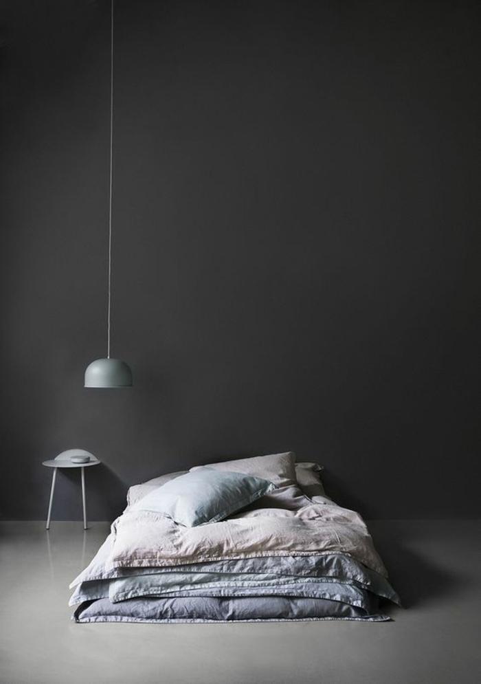 un luminaire industriel bas gris anthracite au design épuré, éclairage fonctionnel et d'ambiance dans la chambre à coucher