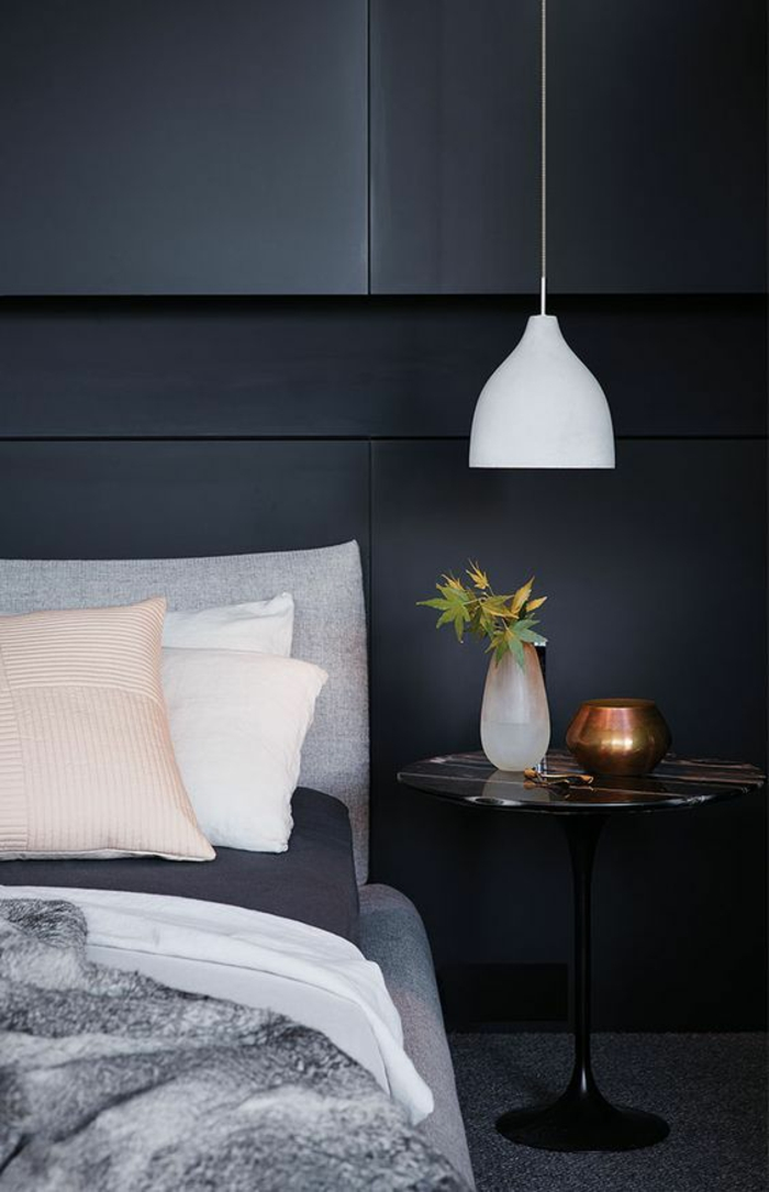 une suspension chevet basse au design épuré, une suspension cloche blanche, chambre à coucher contemporaine en noir