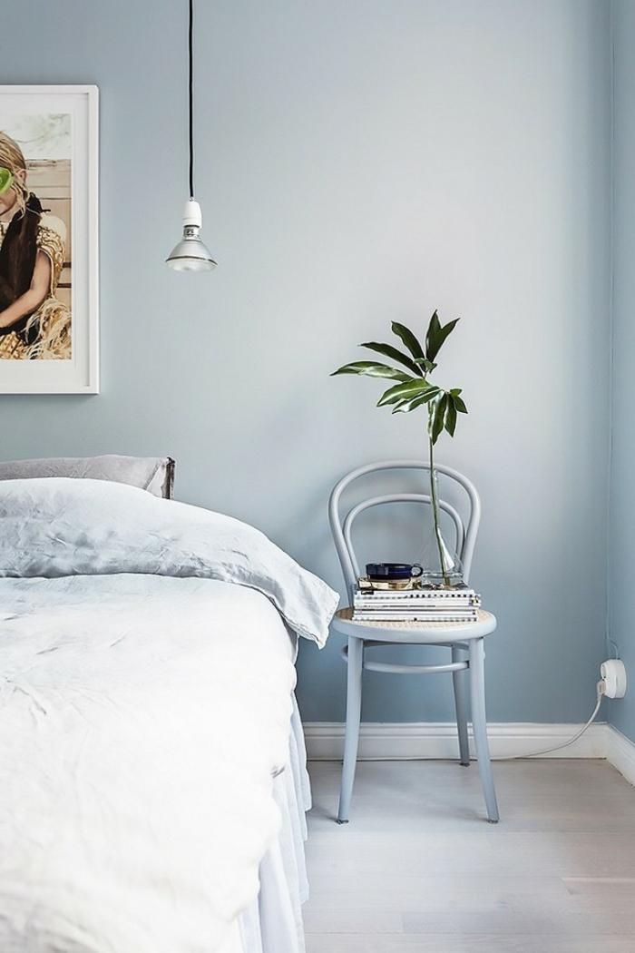 une chambre à coucher bleu gris monochrome, déco douce et lumineuse, un luminaire industriel discret