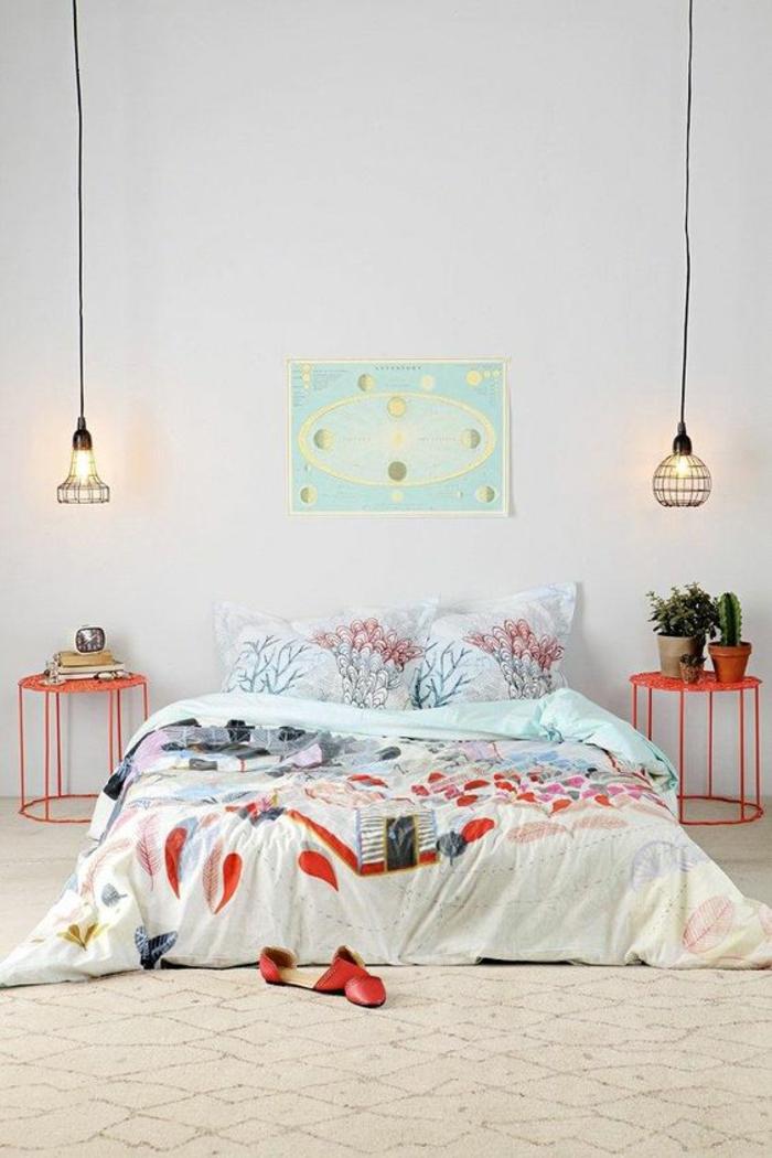 good une lampe cage en mtal noir de chaque ct du lit. Black Bedroom Furniture Sets. Home Design Ideas