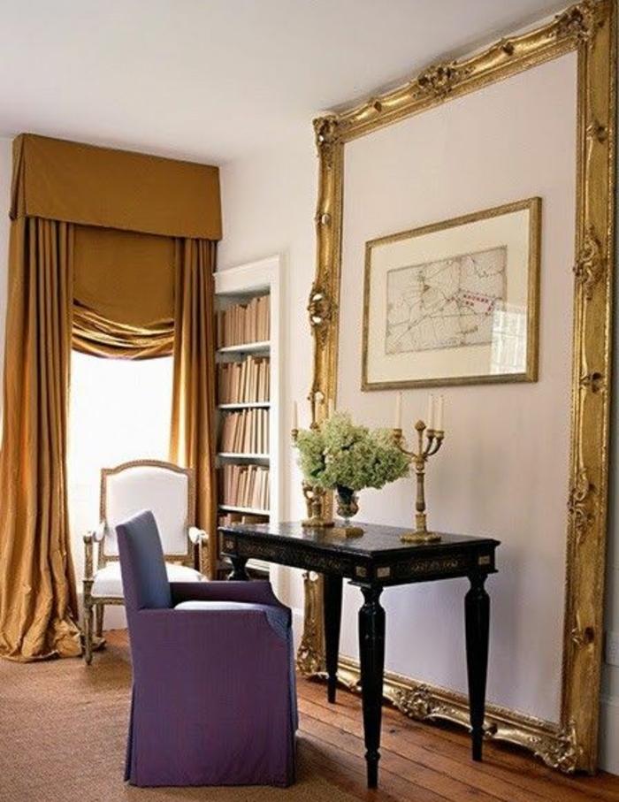 deco cadre vide énorme, bureau en bois vintage, canapé mauve, bibliothèque encastrée dans un mur, tentures jaune moutarde, parquet en bois, decoration murale carte géographique