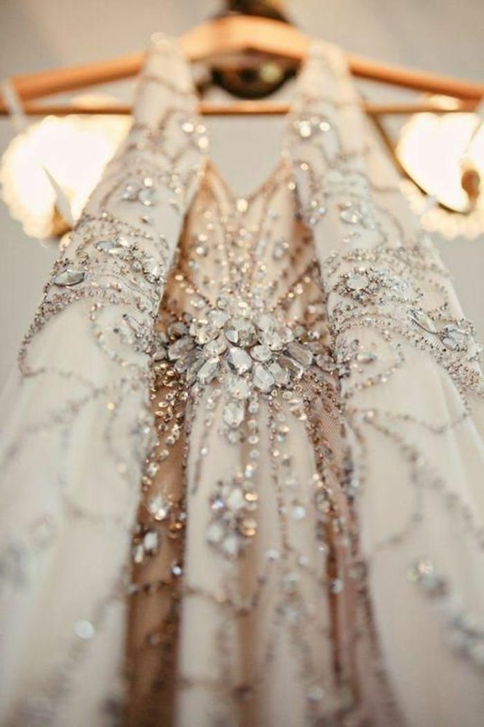 tenue charleston, robe trapèze élégante, incrustée d'ornements étincellants