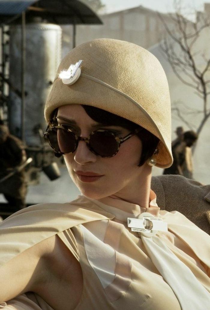 tenue charleston, une femme des années 20, chapeau cloche beige, robe avec pèlerine