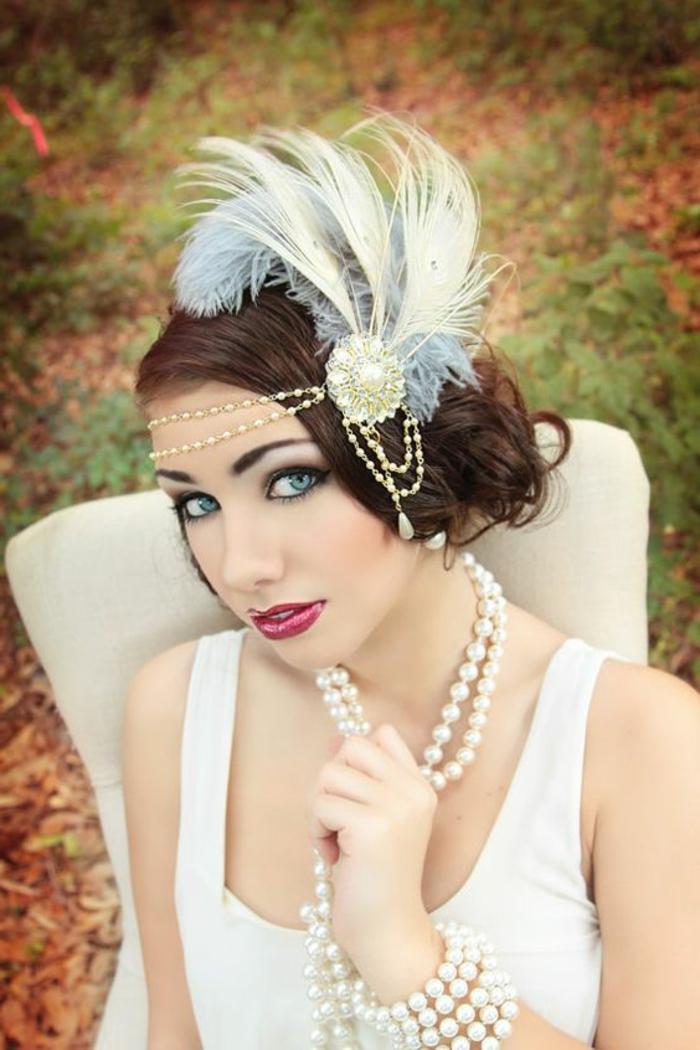 tenue charleston, robe couleur crème avec bretelles, bijou de tête avec plumes et collier en perles