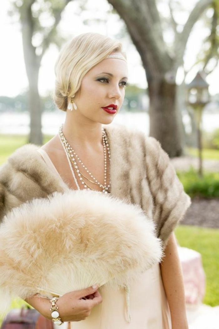 tenue charleston, manteau fourrure, éventail, cheveux lissés, tenue de femme gatsby