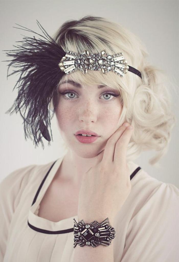 tenue charleston, mode gatsby, robe blanche, diadème en noir et détails argentés
