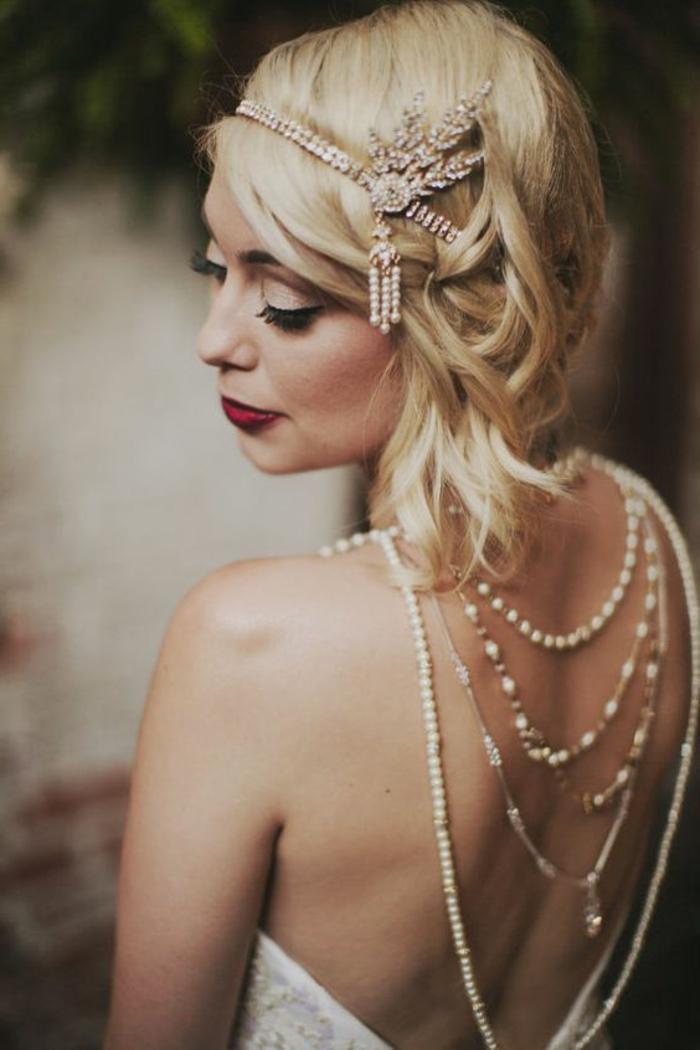 tenue gatsby, robe avec dos nu, colliers perlés, diadème subtile sur cheveux très blonds