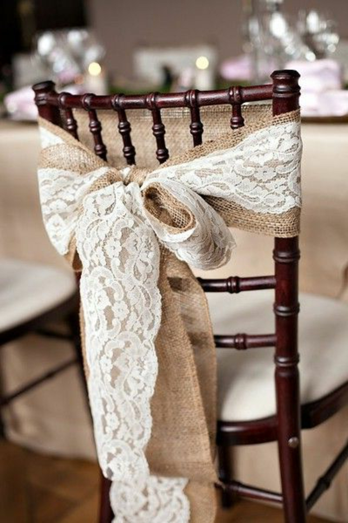 idée décoration mariage de toile de jute et dentelle, decoration chaise invité, deco salle de réception