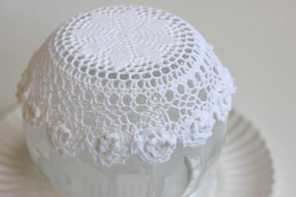 deco dentelle, tremper la tissu dans un durcisseur, amidon et draper autour du fond du bol, idée de bricolage facile
