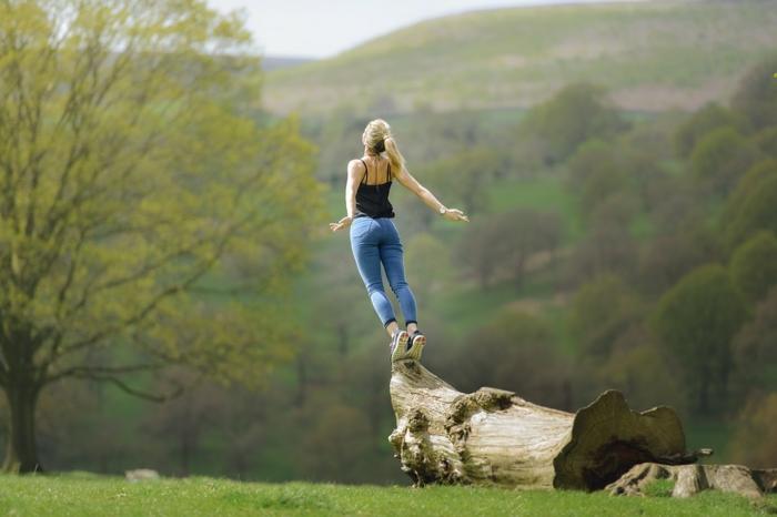 que faire quand on s'ennuie, méditation guidée, nature verte, méditation pleine conscience, fille blonde, apprendre à méditer, débardeur noir, comment méditer