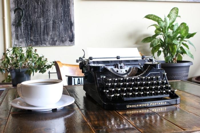 activité a faire quand on s ennuie, ecrire un poeme, tasse de café, comment ecrire un poeme, tableau noir, plantes vertes