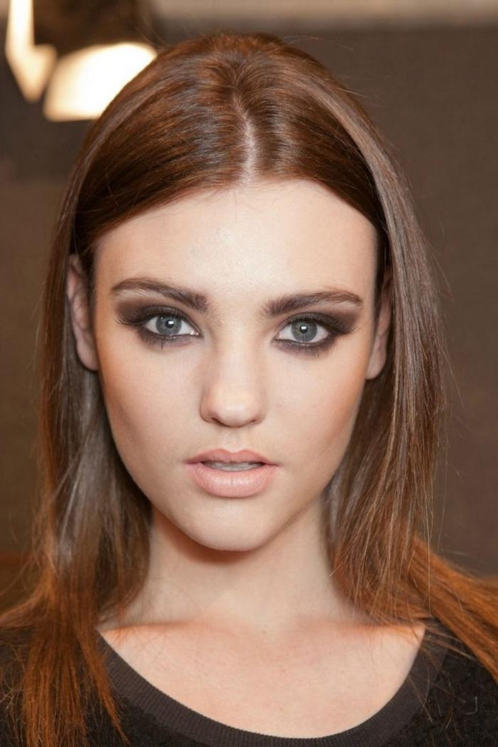 maquillage smoky, cheveux brunes, maquillage de tous les jours, lèvres nude, blouse marron, smoky eyes léger