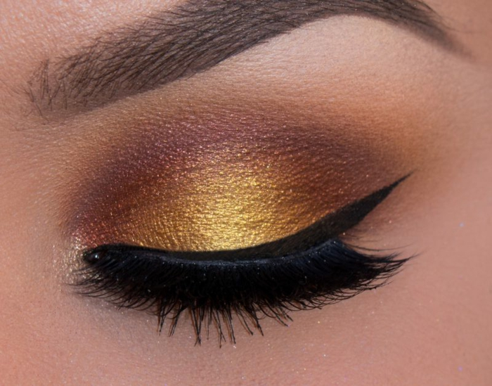 maquillage smoky, eye-liner noir, faux cils noirs, teintes dorées, sourcils marron, fond de teint pêche