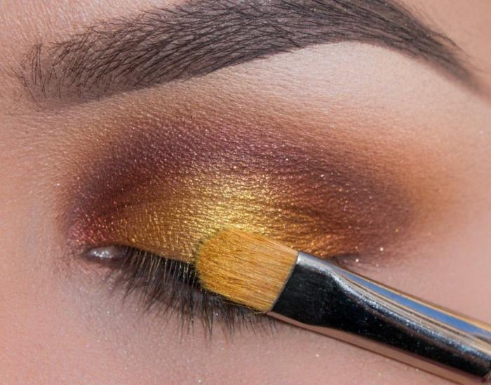 tutoriel maquillage, pinceau pour les yeux, fond de teint pêche, fard à paupière dorée