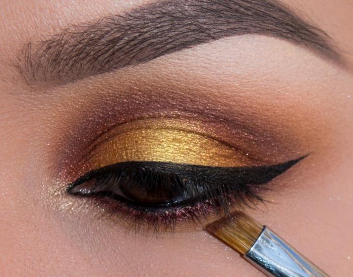 maquillage de tous les jours, eye-liner noir, pinceau smudge, maquillage smoky, teinte dorée