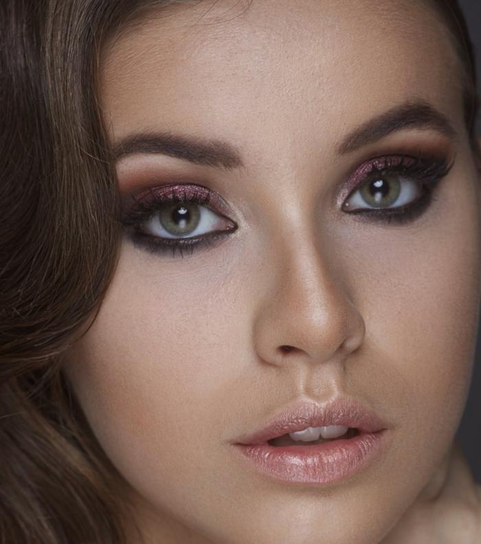 maquillage smoky, yeux verts, lèvres rose, cheveux brunes bouclés, fard à paupières violet