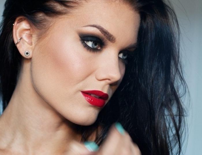 maquillage smoky, lèvres rouge, manucure bleu, smoky eyes facile, cheveux noirs, boucles d'oreilles