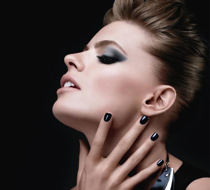 maquillage smoky, manucure noire, robe noire, cheveux brunes, lèvres nude matte, eye-liner noir