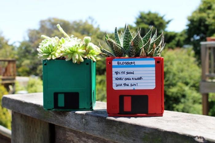 recyclage disquettes, transformées en cache-pot, idée de cadeau fête des pères à fabriquer pour les papas amateurs du jardinage