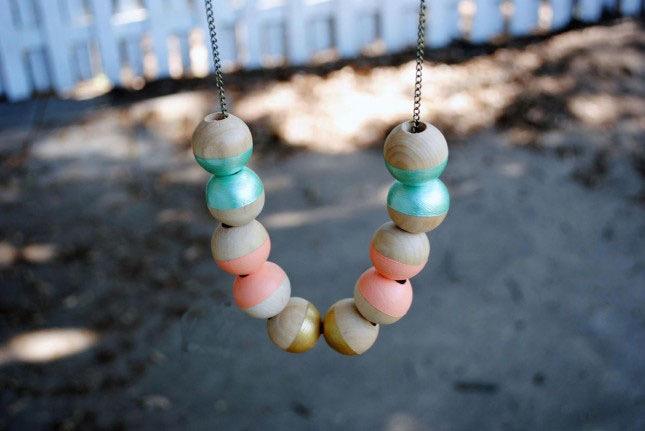 collier en perles de bois colorées, chaine en argent, idée activite manuelle facile, comment faire un bijou femme soi meme
