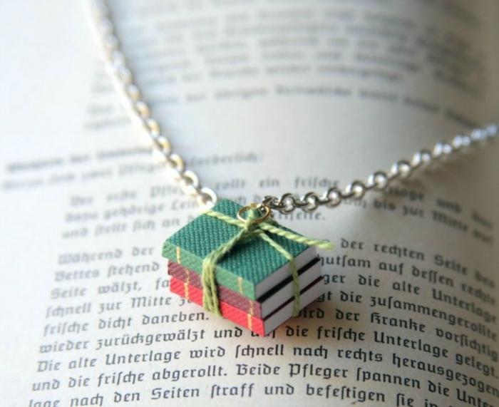 activite manuelle, comment fabriquer un bijou diy, une petite pile de livres minuscules, pendentif original, chaine, accessoire femme