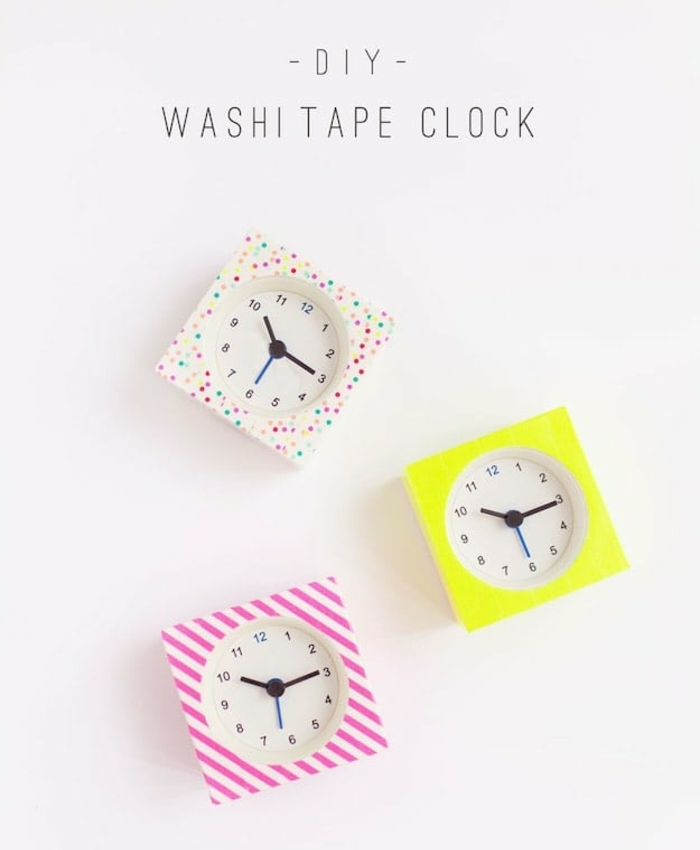 un réveil customisé de bandes de washi tape, activité créative pour adultes, points multicolores ou bandes de ruban adhésif décoratif