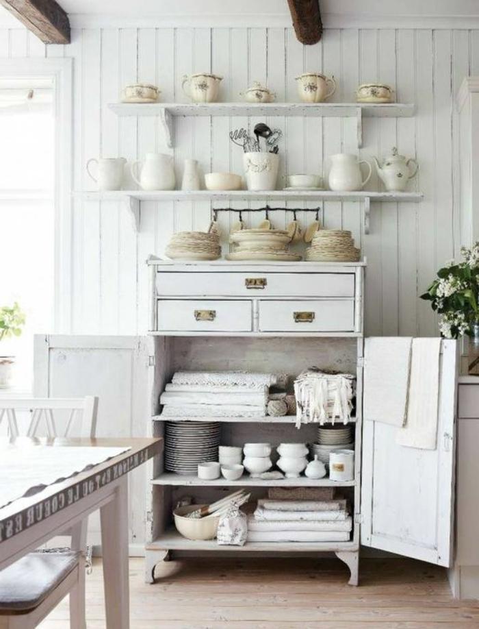 decoration campagne chic, vaisselier blanc, vaisselle blanche, etageres blanches, poutres apparentes, table en bois rustique