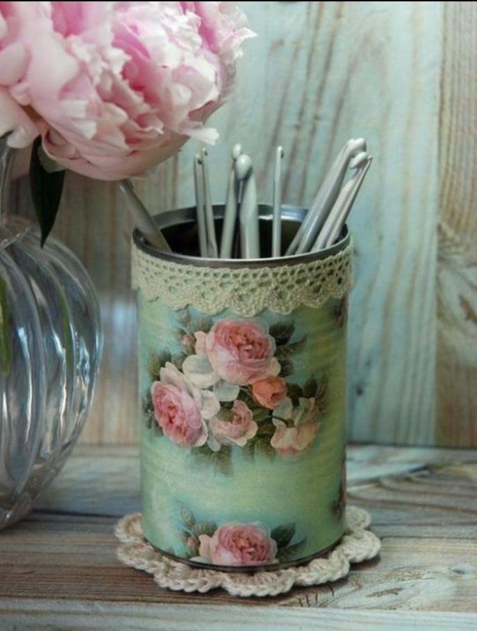 technique du serviettage pour créer une boite de rangement vintage, motif roses et dentelle decorative, deco boite conserve, pivoines