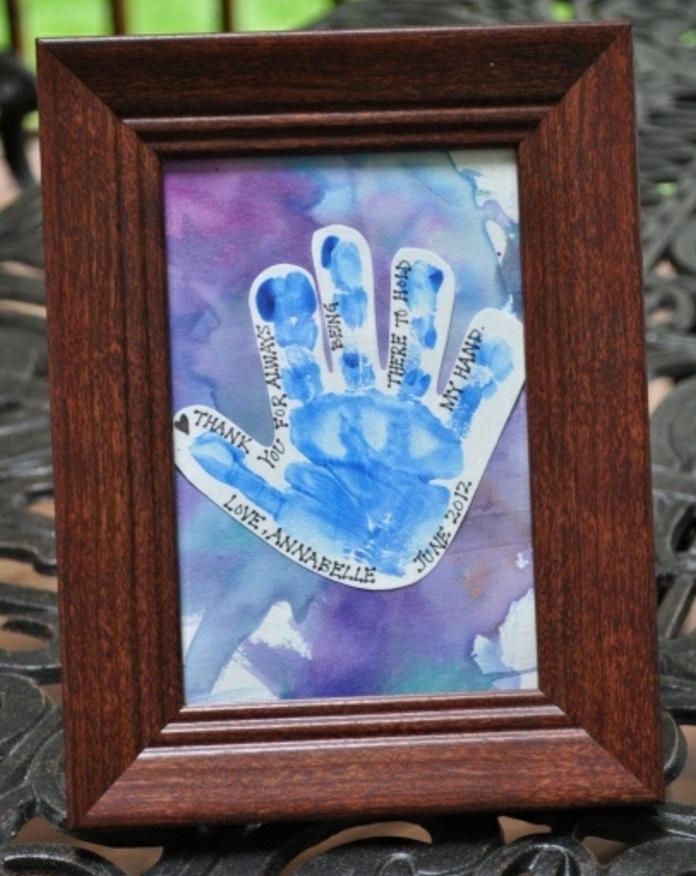 une empreinte de main enfant, dans un cadre peinture en bois, idée de souvenir enfance, cadeau fête des pères ou idée de cadeau d anniversaire pour papa à fabriquer