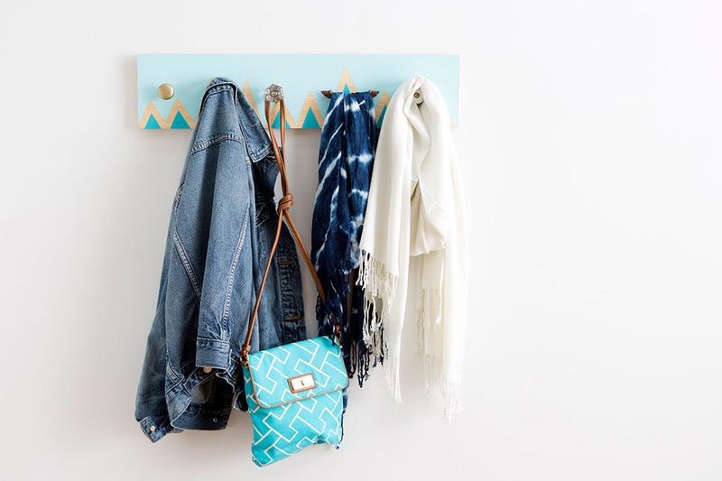 idée comment fabriquer une patère à partir d une planche en bois, repeinte de bleu et petits triangles, sac à main, veste en jean, écharpe