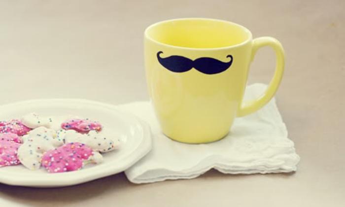 mug personnalisé, moustache dessiné à l aide de feutre, biscuits, tasse à thé en porcelaine, cadeau fête des pères