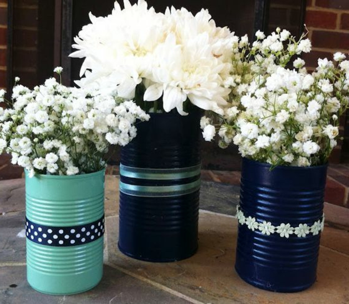 idée comment peindre boite de conserve, diy pot de fleur, couleurs dans la gamme bleue, bouquets de fleurs blanches, bandes decoratives, deco centre de table