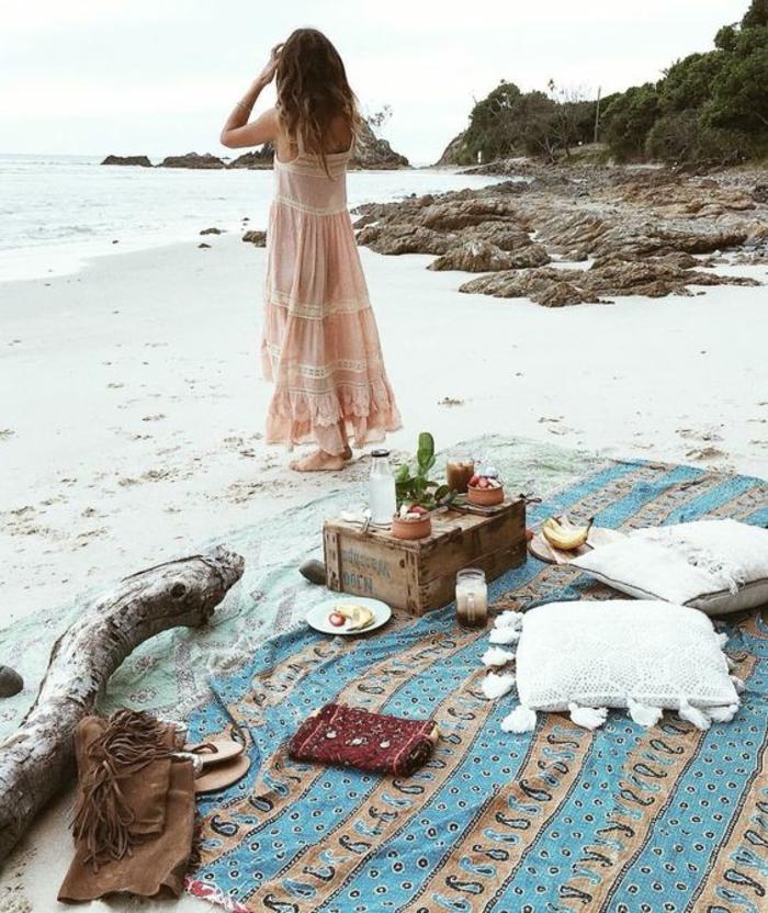 Sac boheme chic style bohème chic femme au bord de la mer pique nique plage