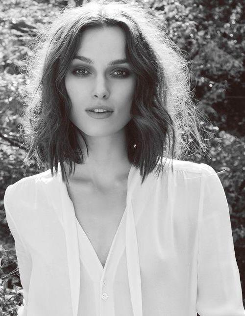modele coupe de cheveux de kiera knightley, look bohème, carré flou, chemise blanche, look de star