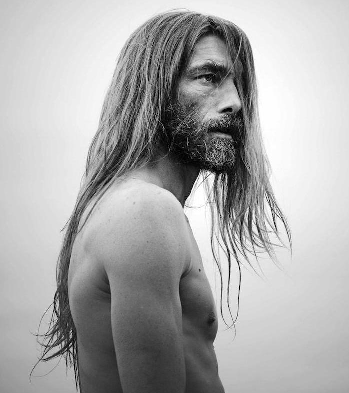 avoir les cheveux longs homme coiffure mi longue barbe