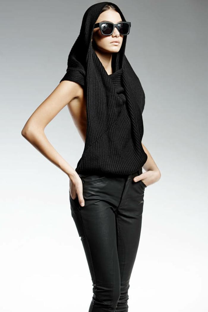 pantalon moulant et shawl avec capuche fait main en noir bras nus