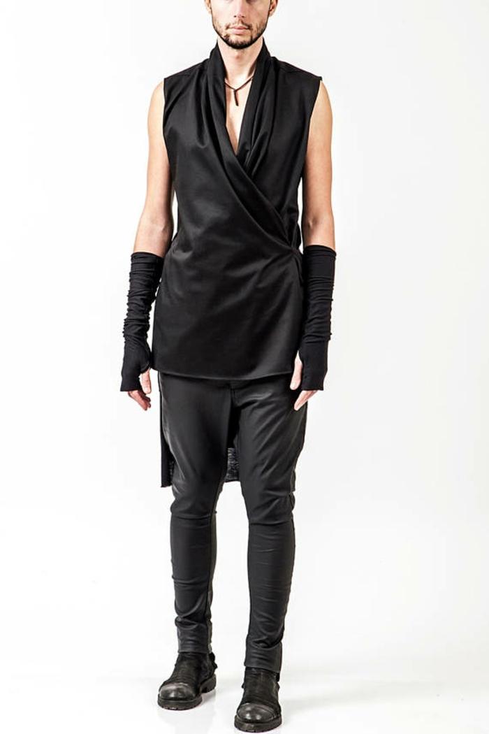 Pendari look avec manchettes noires chemise sans manches en noir et décolleté en V