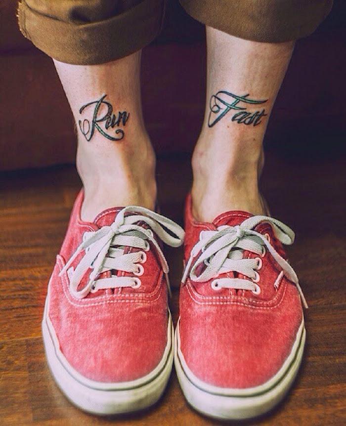 inspiration tatouage pour cheville homme écriture devant le pied