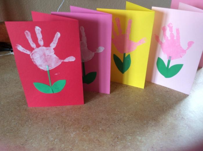 activité manuelle maternelle, des cartes en papier coloré, silhouettes, empreintes de mains, tige et feuilles verts
